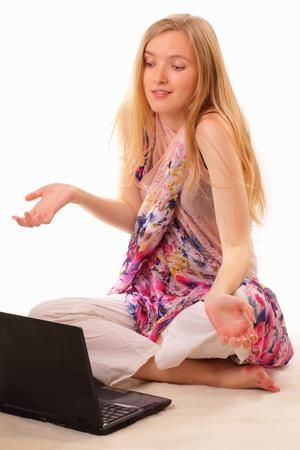 Gyönyörű fiatal nő tanul egy laptop