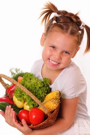 Gyönyörű kislány zöldségek és gyümölcsök