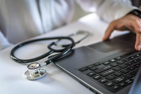 Médecin travaillant sur son bureaunew z