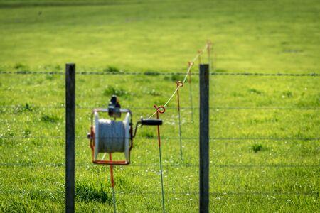 Elektrische draad die door een paddock op een melkboerderij loopt