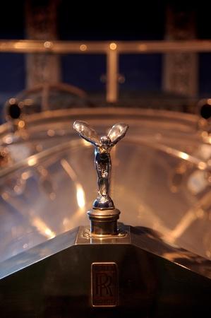 extase: Spirit of Ecstasy logo op een vintage Rolls Royce in het Louwman museum in Den Haag, Nederland