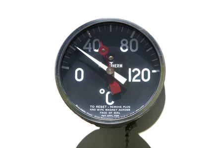 Oude industriële thermometer tegen een witte achtergrond