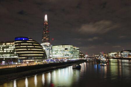 Skyline di Londra di notte dal fiume Tamigi Archivio Fotografico