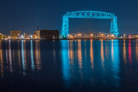 The Aerial Lift Bridge in Duluth, Minnesota is lit teal for Cancer Awareness Reklamní fotografie