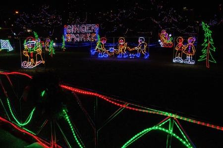 Lake Superior Shores의 겨울철 미네소타 주 덜 루스의 크리스마스 불빛 스톡 콘텐츠 - 102943962
