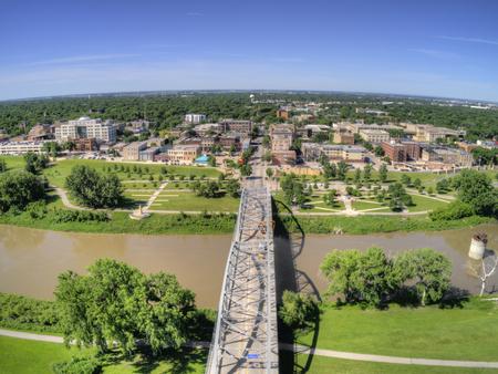 Grand Forks is een grote stad in North Dakota aan de Red River op de kruising van Highway 2 en Interstate 29, een uur ten zuiden van de grens met Canada