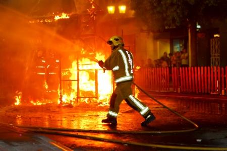 tűzoltó: Tűzoltó kidugta a tűz vízzel tömlő nyomás Sajtókép
