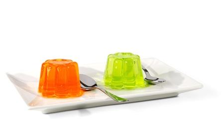 gelatina: Naranja y verde en el plato de postre jalea aislado en un fondo blanco