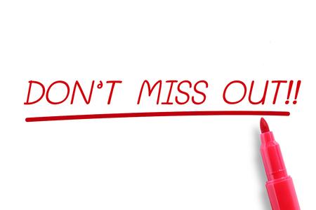 Rode markering met woord Mis het niet!, Geïsoleerd op wit.