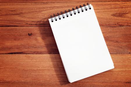 Leeg notitieboekje of notitieblok op houten achtergrond.