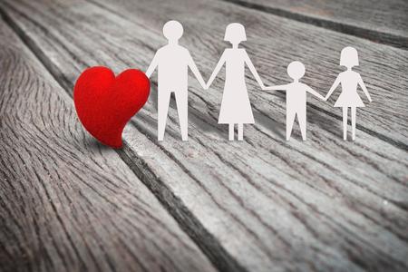 Única forma de corazón rojo en el panel de madera rústica con carácter de papel de familia, fondo abstracto en el amor en familia, padre, madre, hijo, concepto de hija. Estilo retro y de la vendimia. Foto de archivo