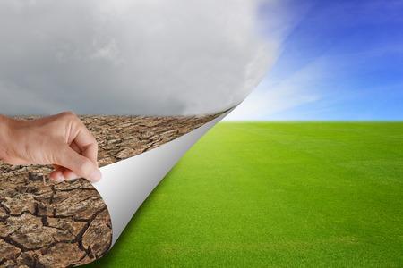 Main ramasser et ouvrir nouvelle page de la mauvaise terre ferme au vert terre champ d'herbe avec le soleil, fond abstrait représente pour l'environnement de développement de la catastrophe. Banque d'images - 61244314