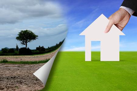 Abstracte achtergrond op droog gebied grond aan zijn ontwikkeling naar nieuwe huis op groen grasveld land te vertegenwoordigen op papier pagina vouwen.
