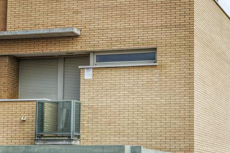 row houses: unifamiliari case a schiera con il rosso mattone, finestra e balcone