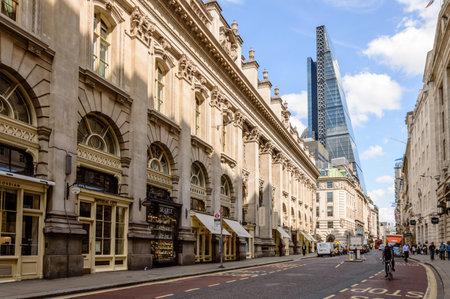 自転車でロンドンと一日青空の背景にリチャード ・ ロジャースによるリーデン ホール市塔王立証券取引所の近くロンドン、イギリス - 2015 年 8 月 21 報道画像