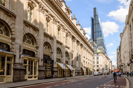 LONDON, UK - AUGUST 21, 2015:  Cornhill street near Royal Exchange in London with a cyclist and a Leadenhall Tower by Richard Rogers on background a blue sky day Redactioneel