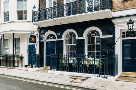 pall: LONDON, UK - AUGUST 24, 2015: Elegant apartment house in Londons luxury neighborhood: Pall Mall and St. James street