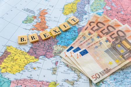 Brexit 単語ユーロのお金でヨーロッパの地図。2016 年 6 月 23 日にイギリス Eu 会員の国民投票