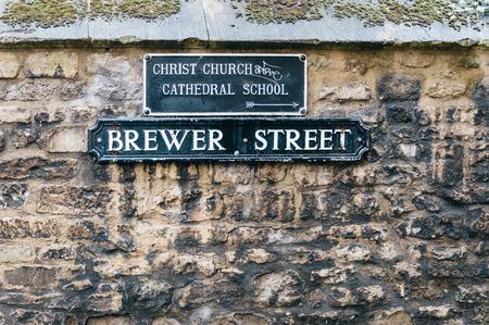 Straße Zeichen Name auf einer Steinmauer in Oxford