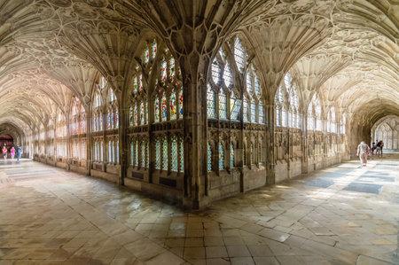 グロスター、イギリス - 2015 年 8 月 17 日: 聖ペテロ教会と聖三位一体不可分のクロイスターのインテリア。ゴシック様式。 報道画像