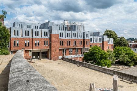oficina antigua: Winchester, Reino Unido - 16 de agosto de 2015: al aire libre Vista del edificio de oficinas moderno en el centro de la ciudad en un d�a nublado. Winchester es la antigua capital de Inglaterra y antigua sede del rey Alfredo el Grande.