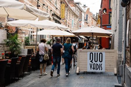 Leuven, België - Juli 30, 2016: Mensen die langs op commerciële straat met restaurants in de stad lopen van Leuven