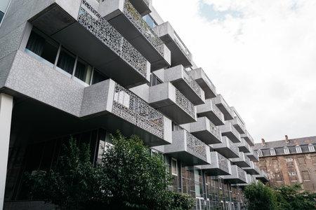 Leuven, België - Juli 30, 2016: Modern architectuurflatgebouw. Lage hoekmening.