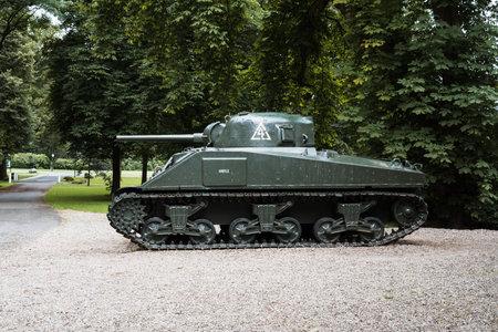 Oosterbeek, Pays-Bas - 9 août 2016: Char de combat Sherman dans le jardin du Musée Airborne Hartenstein. Il est dédié à la bataille d'Arnhem dans laquelle les forces alliées ont tenté de former une tête de pont sur les rives nord du Rhin