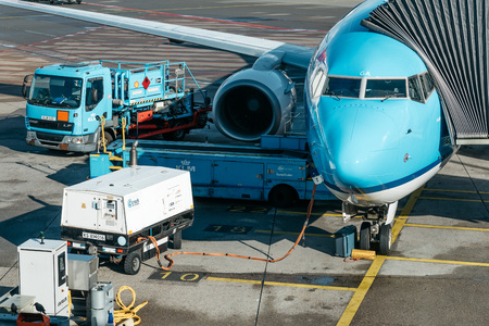 transporte terrestre: Amsterdam, Netherlands - August 10, 2016. Schiphol Airport.  Airplane refueling on airport runway. It is the main international airport of the Netherlands Editorial