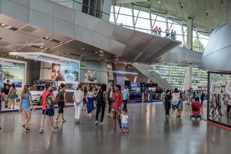 Innenaufnahme der BMW Welt in München Standard-Bild - 85303631