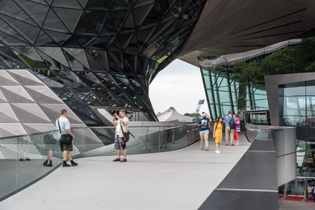 Außenansicht der BMW Welt in München Standard-Bild - 85377581
