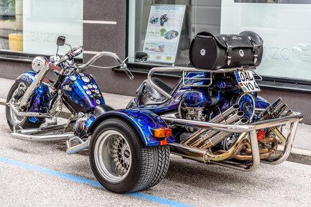 빈티지 오토바이 거리에서 3 휠러