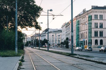 日没時ウィーンのカールスプラッツの路面電車