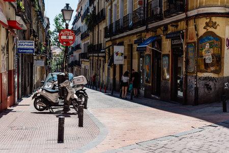 Scena di strada a Malasa un quartiere di Madrid Editoriali