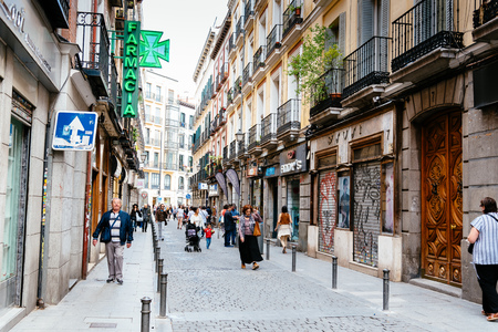 Street view of Lavapies Quarter in Madrid 版權商用圖片 - 105185973
