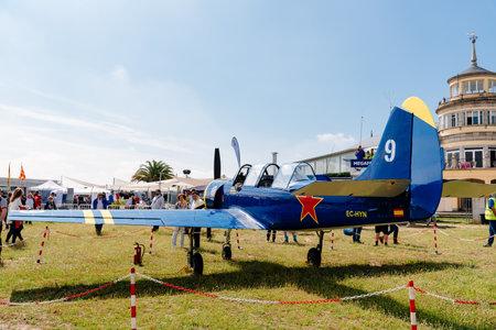 Yak 52 aviones acrobáticos rusos durante la exhibición aérea
