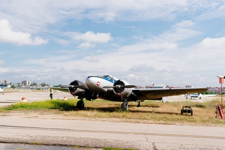 Avión Beechcraft C-45 durante la exhibición aérea