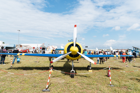 Yak 52 aviones acrobáticos rusos durante la exhibición aérea Editorial