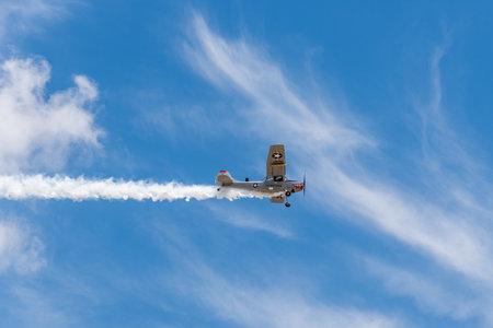 Avión Cessna L-19 Bird Dog durante la exhibición aérea