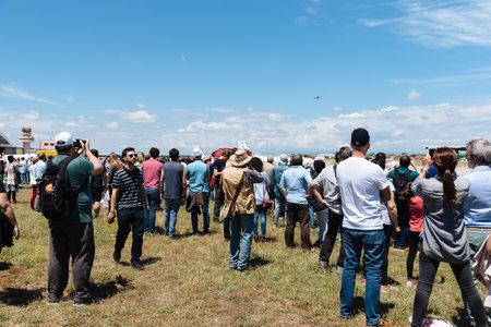 Personas durante la exhibición aérea de aviones históricos.