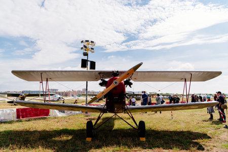 Madrid, España - 3 de junio de 2018: Flota consolidada 10 desde 1930 durante la exhibición aérea de la colección de aviones históricos en el aeropuerto de Cuatro Vientos