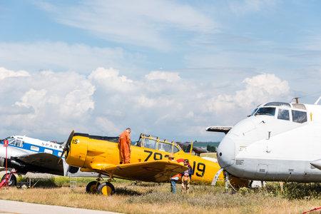 Avión T-6 Texan DUN de América del Norte durante la exhibición aérea