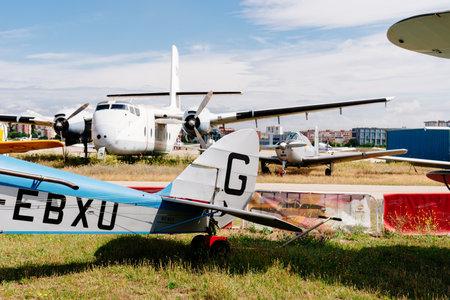 Aviones De Havilland DH-60 Moth durante la exhibición aérea Editorial