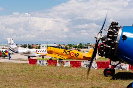 Avión T-6 Texan DUN de América del Norte durante la exhibición aérea Editorial