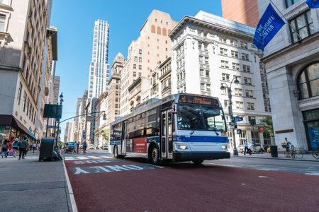 Bus dans la Cinquième Avenue dans le centre de Manhattan à New York Éditoriale