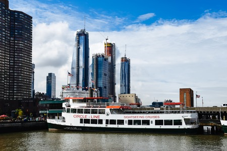 Sightseeing cruise on Hudson river against New York skyline Standard-Bild - 115119977