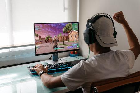 Teenager, der Fortnite-Videospiel auf dem PC spielt playing