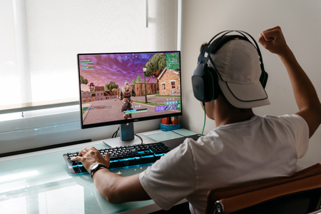 Tiener speelt Fortnite-videogame op pc