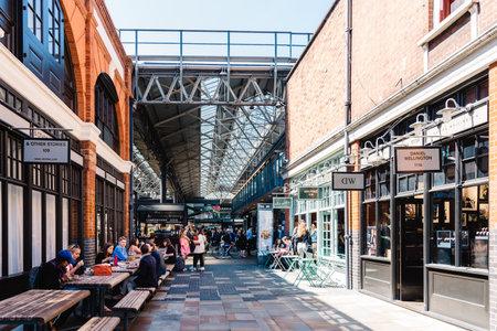 Old Spitalfields Market en Londres con desconocidos