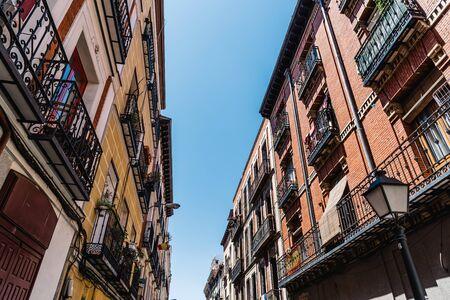 Paesaggio urbano del quartiere Malasana di Madrid Archivio Fotografico